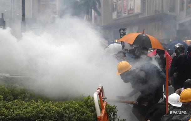 У Гонконзі поліція вперше застосувала водомети