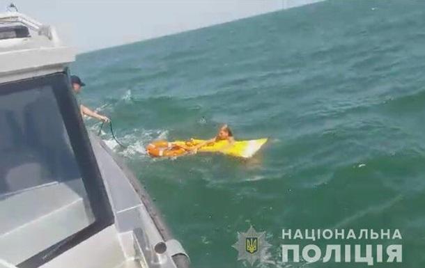 В Азовському морі врятували жінку на матраці