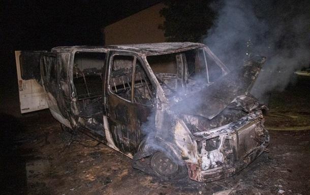 Вночі у Києві згорів мікроавтобус