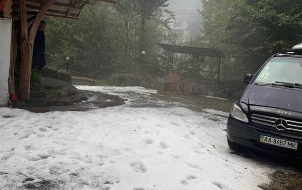 Курорт на Закарпатті засипало градом, як снігом