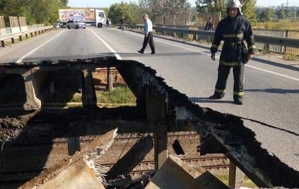 У Мережі показали, як авто їздять по обваленому мосту в Харкові
