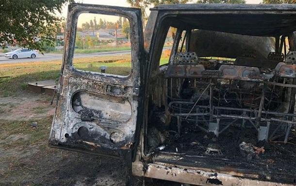 В Киеве сгорел фургон: его подожгли неизвестные в масках