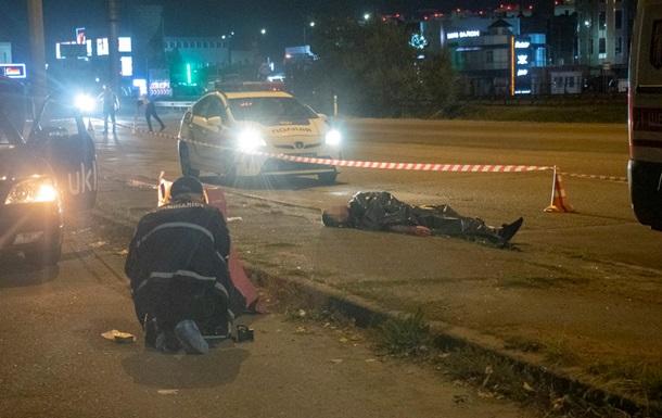 У Києві ходив чоловік з перерізаним горлом. 18+