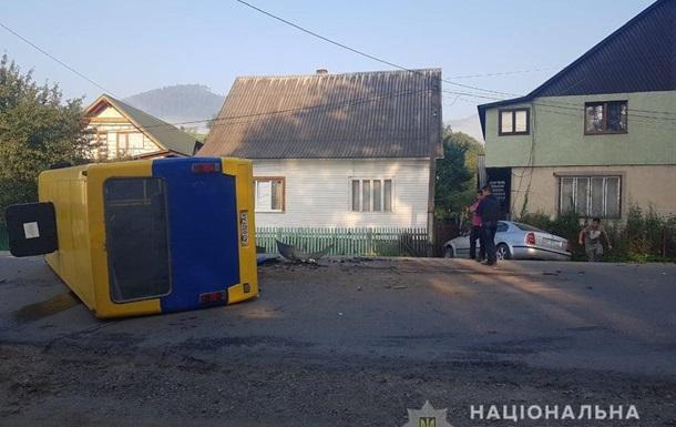 На Закарпатье столкнулись автобус и легковушка: 10 пострадавших