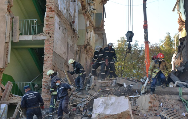 Под руинами в Дрогобыче нашли тела восьми погибших