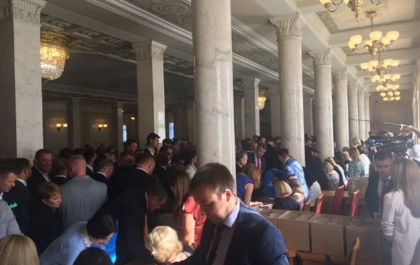 Депутаты в Раде подписывают присягу и получают удостоверения