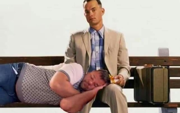 У соцмережах висміяли сплячого на колінах Богдана