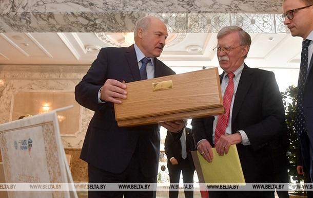 Лукашенко подарил Трампу кортик