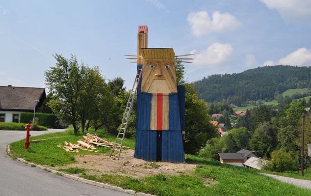 В Словении установили деревянную статую Трампа