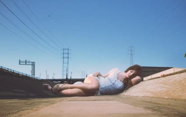 Лана Дель Рей предстала великаншей в новом клипе