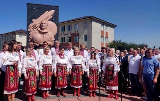 На Буковині встановили пам ятник космонавту Каденюку