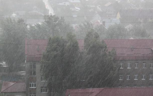 Во Львове началась буря с ливнем и грозой