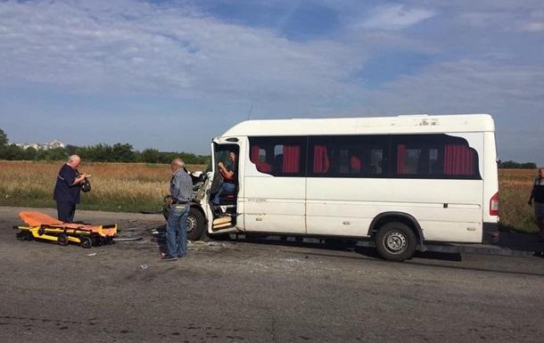 В ДТП с маршруткой на Днепропетровщине пострадали 13 человек