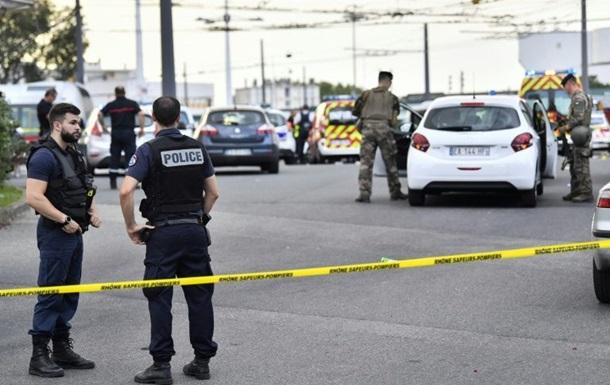 Во Франции беженец с шампуром набросился на прохожих