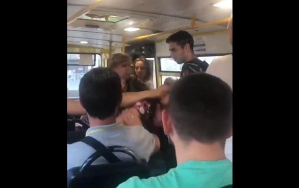 В киевской маршрутке произошла жесткая драка между двумя женщинами