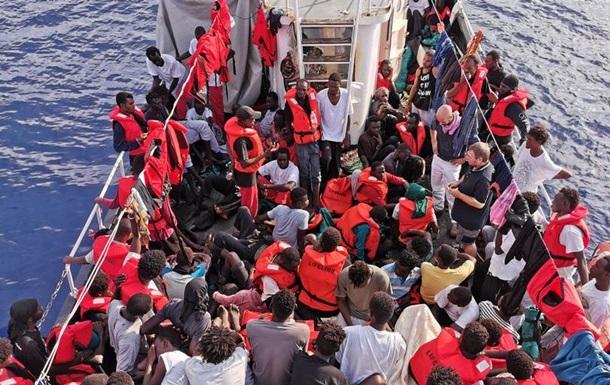 Італія дозволила мігрантам з німецького судна зійти на берег