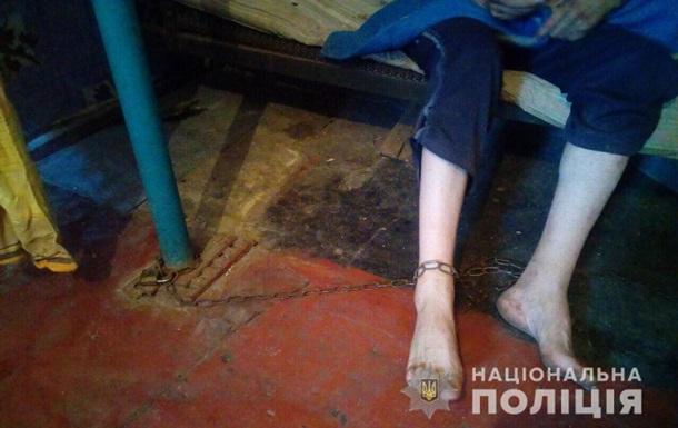 Жительница Днепропетровской области держала взрослого сына на цепи