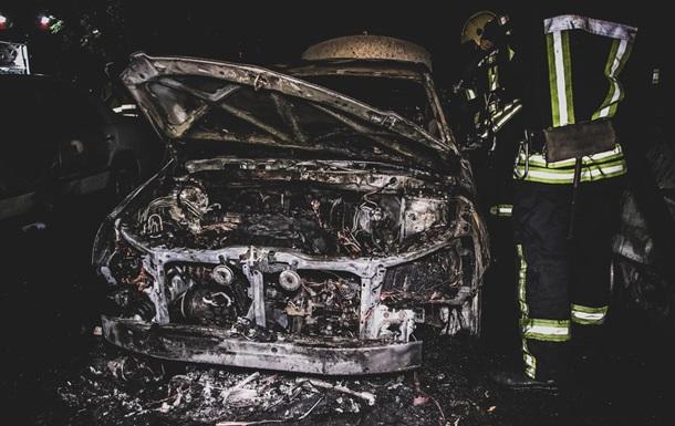 У Києві вночі згоріли три авто