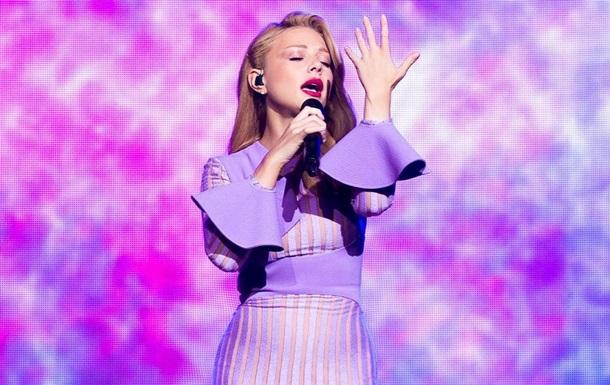 Певица Тина кароль выступила в просвечивающемся платье