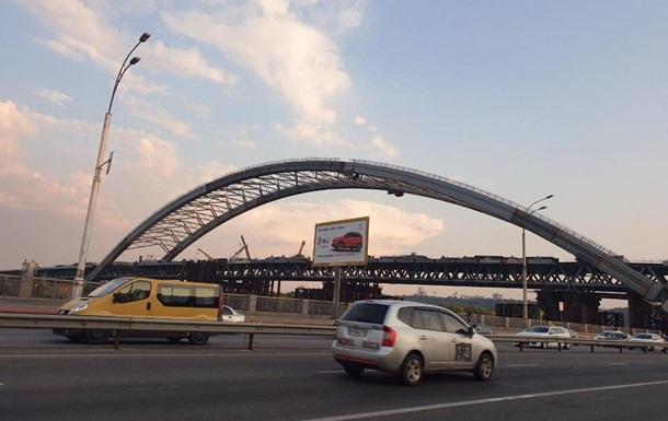 В Киеве с арки Подольско-Воскресенского моста сняли временные опоры