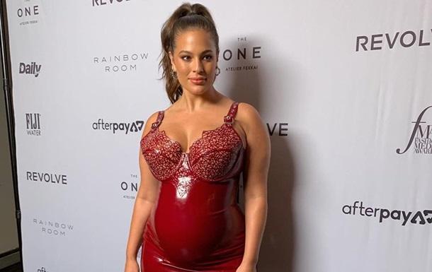 Беременная Эшли Грэм надела латексное красное платье