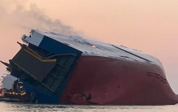 У берегов США перевернулось судно