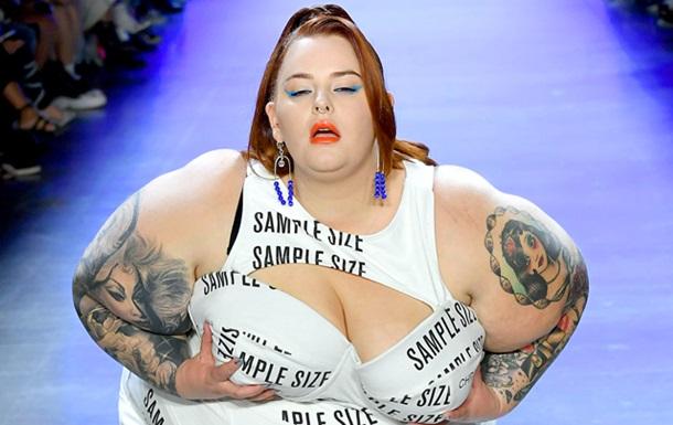 Тесс Холлидей потрясла грудью на показе в Нью-Йорке