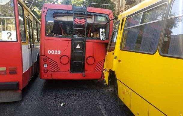 В Одесі маршрутка врізалася в тролейбус, є травмовані