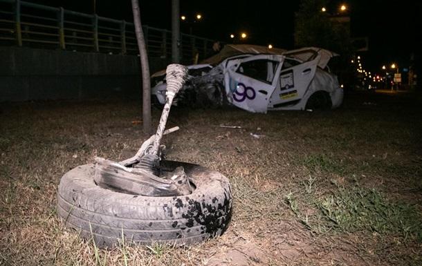 В Киеве легковушка снесла столб, есть пострадавшие