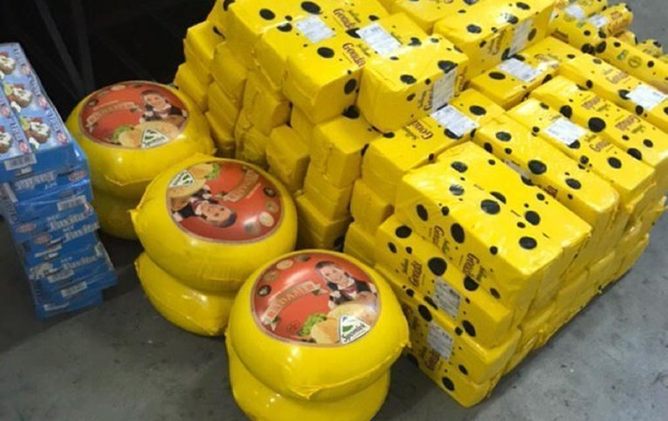 Водій рейсового автобуса ввіз із Польщі майже тонну контрабандного сиру