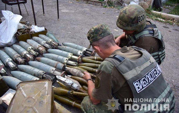 Добробати передали Нацполіції 10 тонн зброї