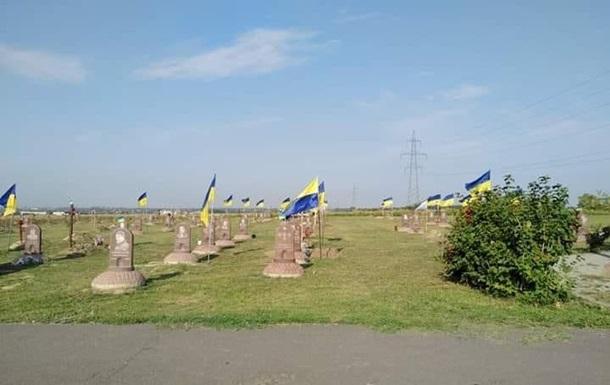 Комунальники в Дніпрі прибрали прапори з могил бійців АТО