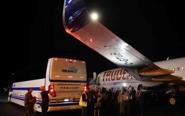 В Канаде в аэропорту столкнулись самолет Трюдо и автобус