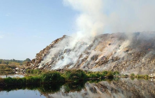 В Чернигове второй день горит свалка