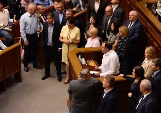 Эпичное заседание: виртуозно падающая на колени Геращенко влипла в новый скандал