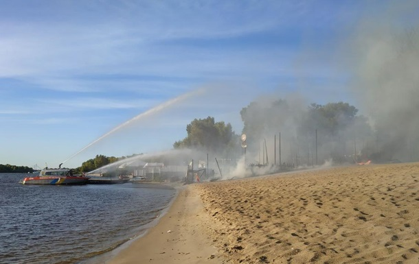 В киевском Гидропарке сгорел пляжный комплекс