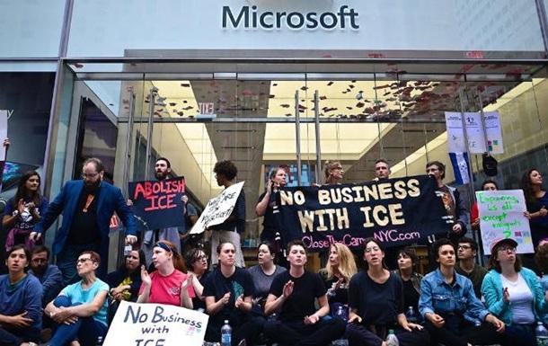 """Картинки по запросу """"Полиция Нью-Йорка задержала более 70 протестующих под магазином Microsoft"""""""