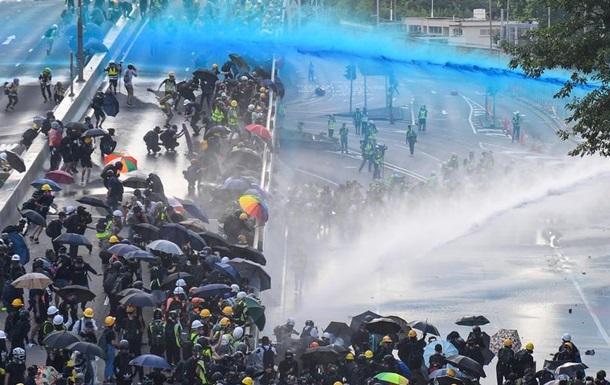 Гонконг:  коктейлі Молотова  проти сльозогінного газу і водометів