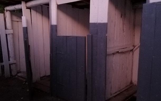 В школе на Закарпатье первоклассник провалился в туалет