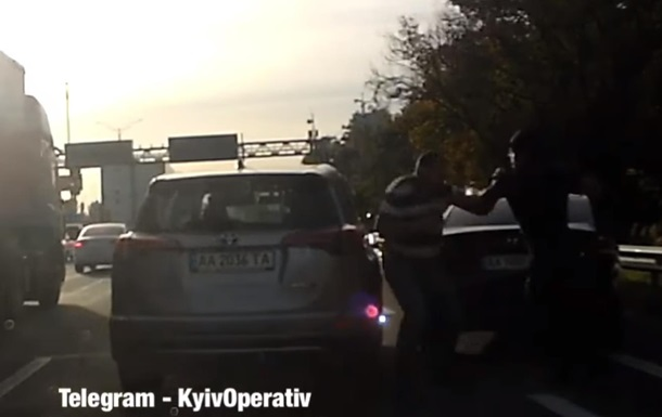 Двоє водіїв влаштували бійку на жвавій трасі під Києвом