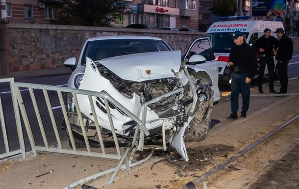 В Днепре Porsche снес ограждение и заблокировал движение трамваев
