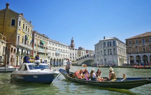 Двух чешский болельщиков оштрафовали за купание голышом в Венеции