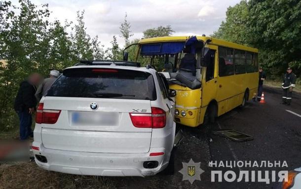 Под Черкассами лоб в лоб столкнулись маршрутка и BMW X5