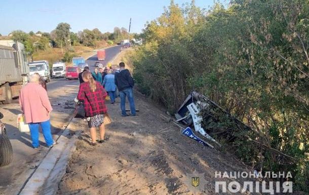 У Вінницькій області три авто та автобус з людьми злетіли в кювет