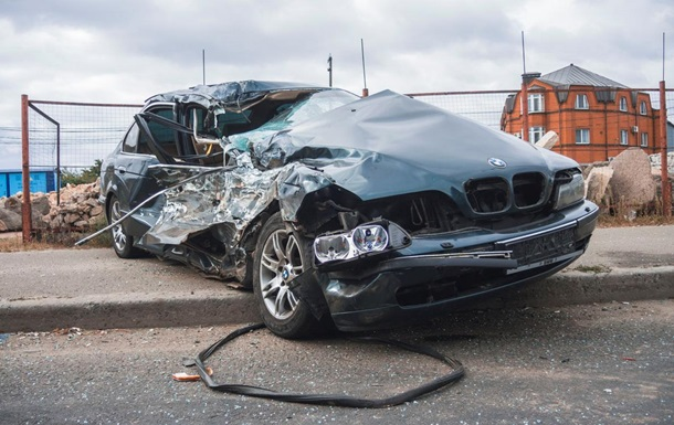 У Києві автомобіль BMW влетів у маршрутку