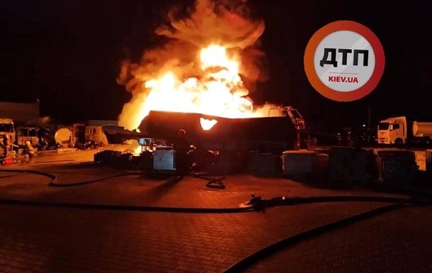 У Києві розгорілася потужна пожежа: чути вибухи