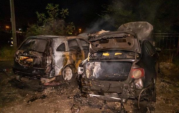 У Дніпрі вночі згоріли два авто