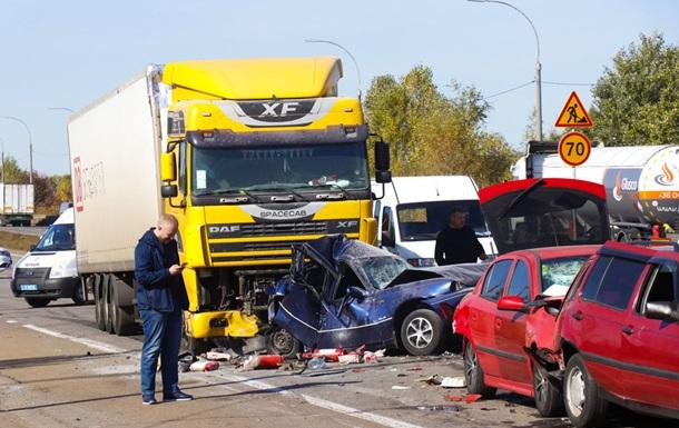 Под Киевом столкнулись девять машин