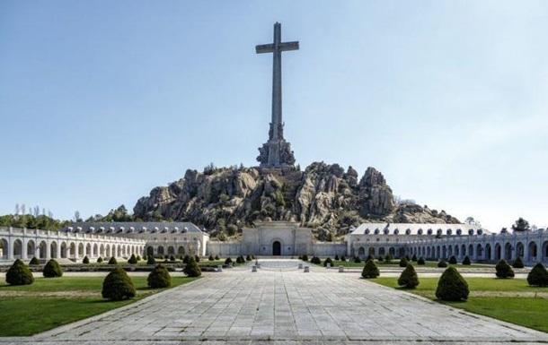 В Іспанії суд дозволив перенесення останків Франко