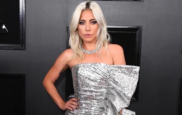 Пьяная  певица Леди Гага упала перед своей машиной